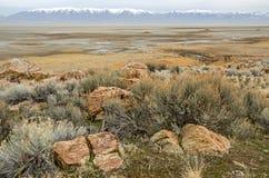 Great Salt Lake tussen Rotsen en Bergen Royalty-vrije Stock Afbeelding