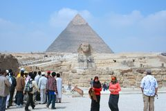 Great Sphinx and pyramid of Khafre Royalty Free Stock Images