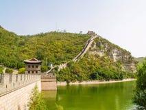 Great Wall of China湖和山景 免版税图库摄影