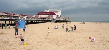 GREAT YARMOUTH, NORFOLK/UK - 6 DE AGOSTO: Famílias que apreciam um dia foto de stock