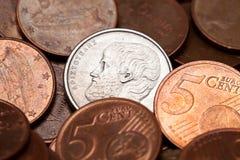 Grec 5 drachmes de pièce de monnaie parmi d'euro pièces de monnaie Image libre de droits