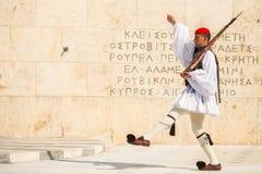 Greccy żołnierze Evzones ubierali w pełnym smokingowym mundurze Obrazy Stock