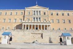 Greccy evzones chronić prezydenckiego dwór przed grobowem niewiadomy żołnierz - greccy tsolias - Zdjęcie Royalty Free