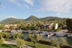 Grecia, Corfú, el río y el pueblo de Messongi Fotos de archivo libres de regalías