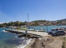Grecia, Corfú, Kassiopi 28 de septiembre de 2018: Vista de Quay y del puerto con el barco en Kassiopi, pueblo turístico en el nor foto de archivo