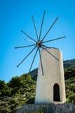 Grecia, Creta, molinoes de viento en la colina verde imágenes de archivo libres de regalías