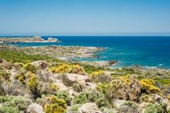 Grecia, Creta, vista a las colinas verdes y al mar, roca b de la turquesa Fotografía de archivo