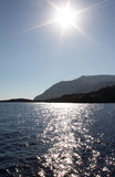 Grecia crete Sun, montañas y mar en el fondo del cielo azul, visión vertical imágenes de archivo libres de regalías