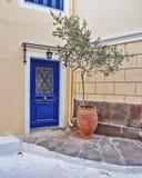 Grecia, entrada elegante de la casa con el olivo en maceta foto de archivo libre de regalías