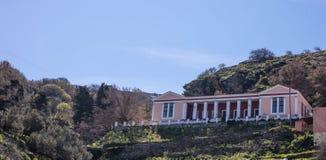 Grecia, isla de Kea Escuela pública vieja, edificio neoclásico arriba en la colina imagenes de archivo