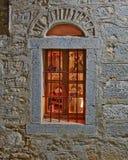 Grecia, isla de Quíos, ventana del vintage de la casa de la pared de piedra imagen de archivo