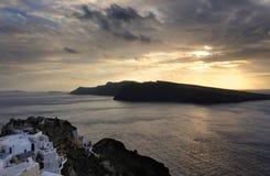 Grecia. Isla de Santorini. Opinión sobre la aldea de Oia Imágenes de archivo libres de regalías
