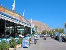 Grecia, isla de Santorini, taberna griega, gente come imagenes de archivo