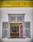Grecia Nafplion, lámpara a través de la ventana de la casa del vintage imagen de archivo