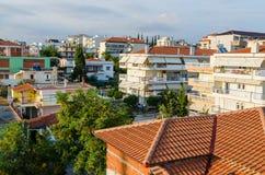 Grecia, Nea Kallikratia, edificios de cintura baja griegos tradicionales, v Foto de archivo libre de regalías