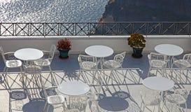 Grecia Oia en la isla de Santorini Un café del aire abierto sobre el mar con la cacerola Fotos de archivo libres de regalías