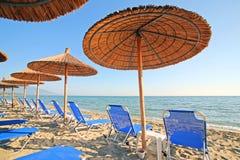 Grecia, paraguas y sunbeds imágenes de archivo libres de regalías