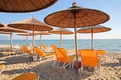 Grecia, paraguas y sunbeds fotos de archivo libres de regalías