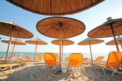 Grecia, paraguas y sunbeds foto de archivo libre de regalías