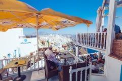 Grecia, Santorini - 1 de octubre de 2017: gente vacationing en las calles estrechas de las ciudades blancas en la isla Imagen de archivo