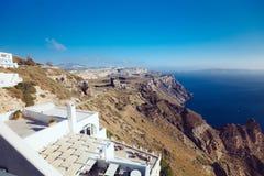 Grecia, Santorini - 1 de octubre de 2017: gente vacationing en las calles estrechas de las ciudades blancas en la isla Imagen de archivo libre de regalías