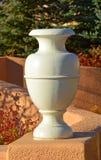 Grecian urna utomhus i solljuset arkivfoton