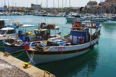 Grecja, Ateny, Kwiecień 2018 Cumować przyjemności łodzie rybackie w Weneckiej zatoce i jachty obraz stock