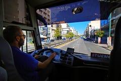 GRECJA ATENY, widok, - PAŹDZIERNIKA 05, 2018 miasto od turystycznego kierowca autobusu punkt widzenia zdjęcia stock