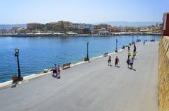 Grecja, Crete, Chania - deptak z turystami - Obrazy Stock