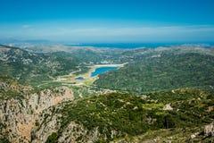 Grecja, Crete, Zieleni wzgórza i turkus woda w zatoce, Fotografia Stock