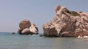 Grecja, Cypr basen Aphrodite, skały wtyka z wody morskiej, Denny wybrzeże z skałami, Rockowy wtykać pionowo zdjęcie wideo
