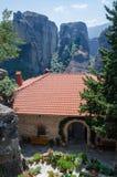 Grecja, meteory, podwórze w monasterze St Barbara zdjęcie royalty free