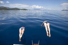 Grecja, morze śródziemnomorskie Synchroniczni skoki w morzu fr Obraz Royalty Free