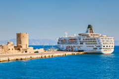 Grecja Rhodes, Lipiec, - 14 statek wycieczkowy w porcie przy fortecą St Nicholas na Lipu 14, 2014 w Rhodes, Grecja Fotografia Stock