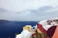 Grecja Santorini, Październik, - 01, 2017: być na wakacjach ludzie na wąskich ulicach biali miasta na wyspie Zdjęcia Stock