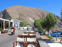 Grecja, Santorini, Perissa miejscowość turystyczna, ulica wzdłuż morza, ludzie zdjęcia stock