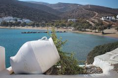 Grecja wyspa Sikinos Portowa zatoka i plaża zdjęcia stock