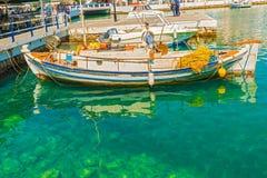 Grecka łódź przy Agios Nikolaos portem Zdjęcie Stock