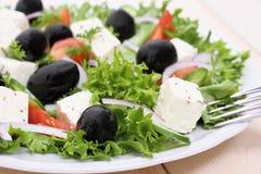 Grecka średniorolna sałatka z feta serem Obrazy Stock