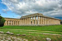 Grecka świątynia w południowym Włochy na greenery pod niebieskimi niebami z obraz stock
