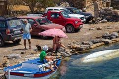 Grecka rodzina ma wakacje przy wybrzeżem Crete wyspa Zdjęcie Stock
