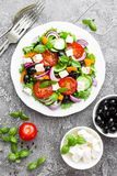 grecka sałatka Świeżego warzywa sałatka z pomidoru, cebuli, ogórków, basilu, pieprzu, oliwek, sałaty i feta serem, Grecka sałatka fotografia stock