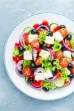Grecka sałatka świeży ogórek, pomidor, słodki pieprz, sałata, czerwona cebula, feta ser i oliwki z oliwa z oliwek, obrazy stock