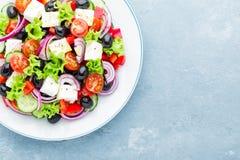 Grecka sałatka świeży ogórek, pomidor, słodki pieprz, sałata, czerwona cebula, feta ser i oliwki z oliwa z oliwek, obrazy royalty free