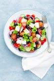 Grecka sałatka świeży ogórek, pomidor, słodki pieprz, sałata, czerwona cebula, feta ser i oliwki z oliwa z oliwek, zdjęcia stock