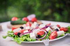 Grecka sałatka na białym drewno stole Obraz Royalty Free