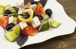 Grecka sałatka w białym talerzu Zdjęcia Stock