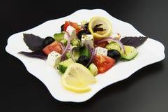 Grecka sałatka w białym talerzu Zdjęcia Royalty Free