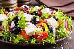 Grecka sałatka z świeżymi warzywami i feta serem obraz stock