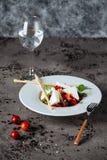 Grecka sałatka z Cucumeber, Kalamata oliwkami, Feta serem, Soczystymi Czereśniowymi pomidorami i Świeżym basilem, fotografia stock